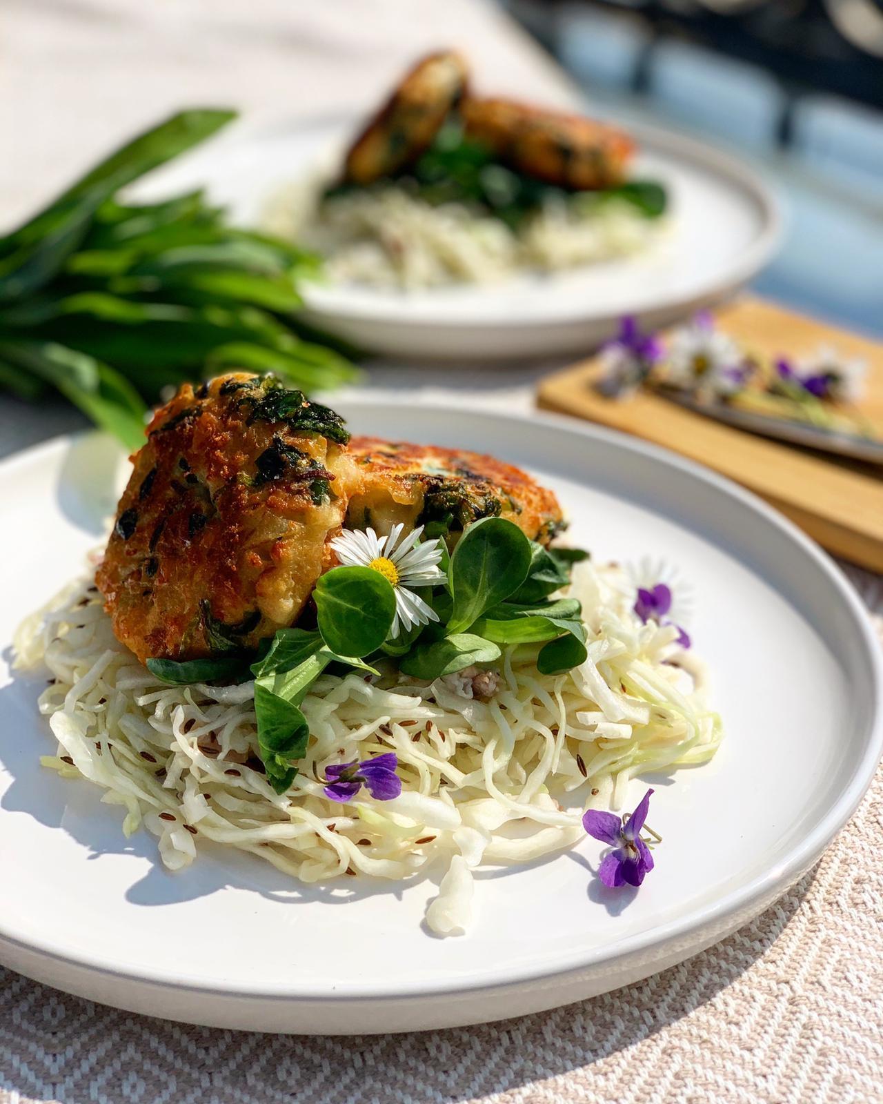 Kaspressknödel mit Bärlauch und Wiener Krautsalat