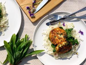 Kaspressknödel mit Bärlauch auf Wiener Krautsalat